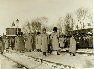 Император Николай II со свитой  на перроне станции по окончаниисмотра