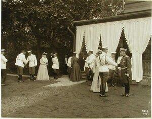 Члены императорской фамилии у террасы провожают гостей;справа-великий князь Михаил Александрович и министр императорского Двора граф В.Б.Фредерикс