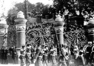 Гвардейские части проходят мимо решетки Михайловского сада у храма в день его освящения.