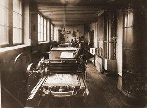 Работники типо-литографии в машинном отделении.