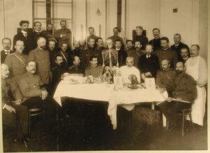 Группа слушателей на занятиях по анатомии; в центре(в белом халате)-профессор Г.И.Турнер