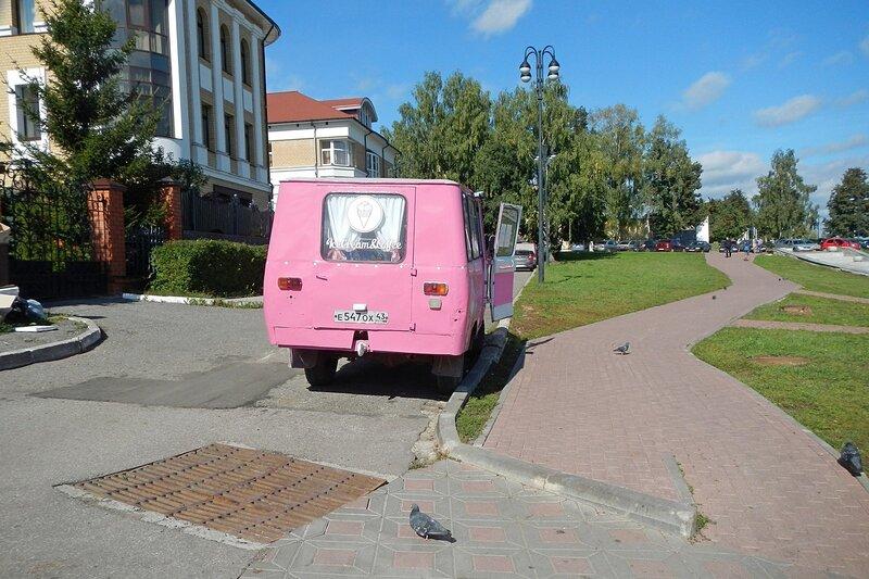 Фургончик с мороженым на Набережной