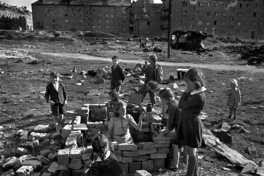 Австрия, 1948 год - Дети, играющие на пустыре на месте снесенных развалин