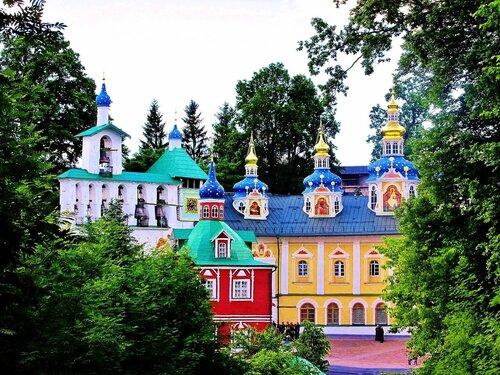 Купола церквей Псково-Печерского монастыря