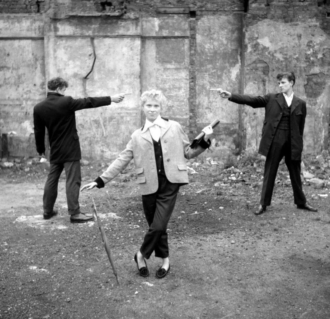 Шестнадцатилетняя Айлин из Бефал Грин с двумя тедди-боями в разрушенном Ист-Энде