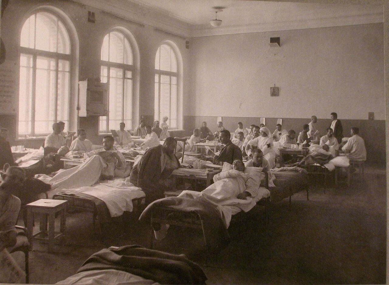19. Раненые в палате лазарета,организованного при городском училище имени императора Александра II