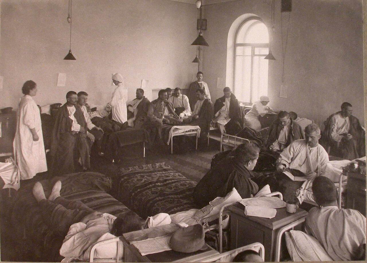 27.Раненые в палате лазарета при городской богадельне имени Колесовой