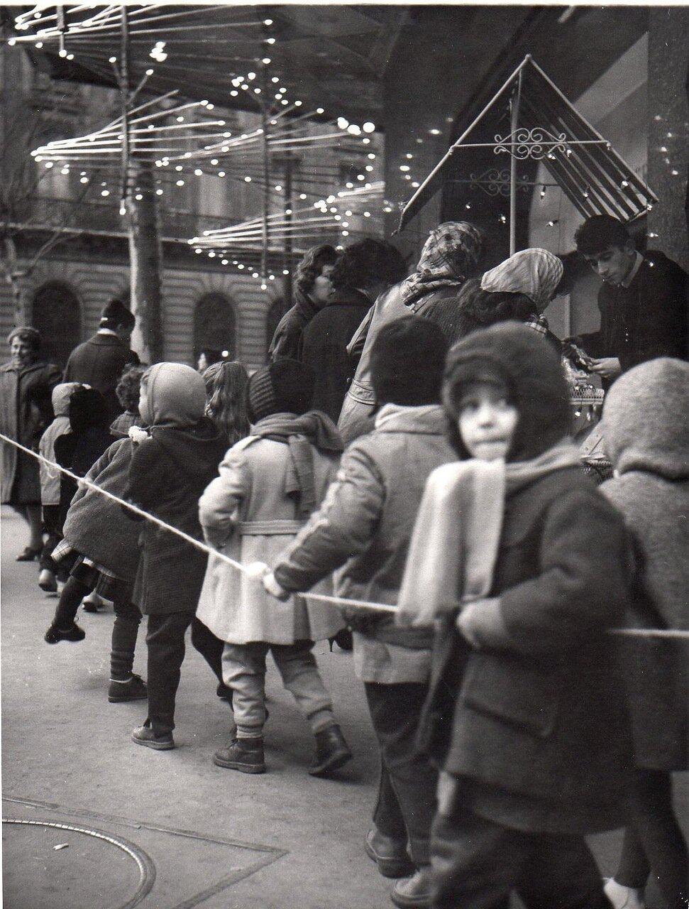 Дети в очереди