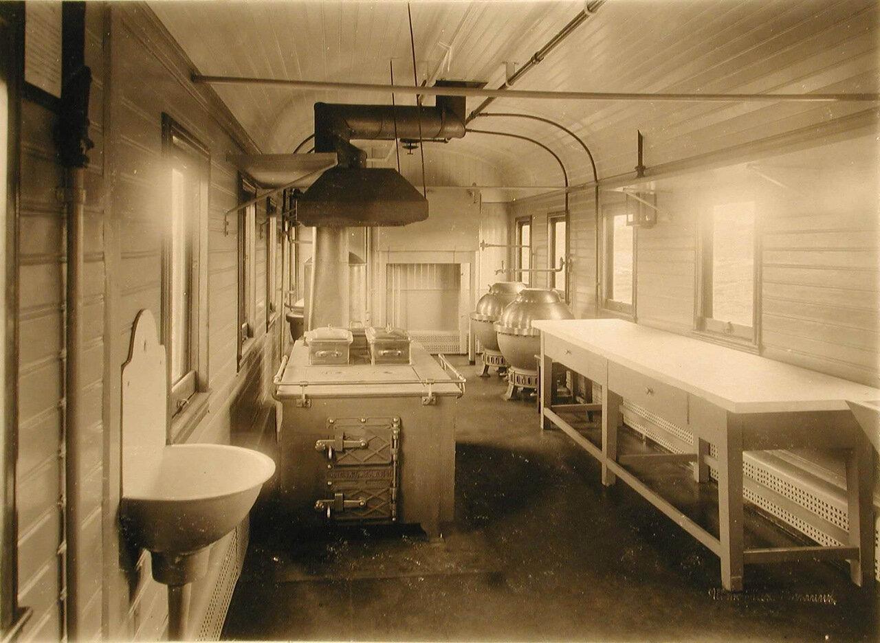 12. Общий вид вагона-кухни, оборудованной системой, выработанной заводом Сан-Галли