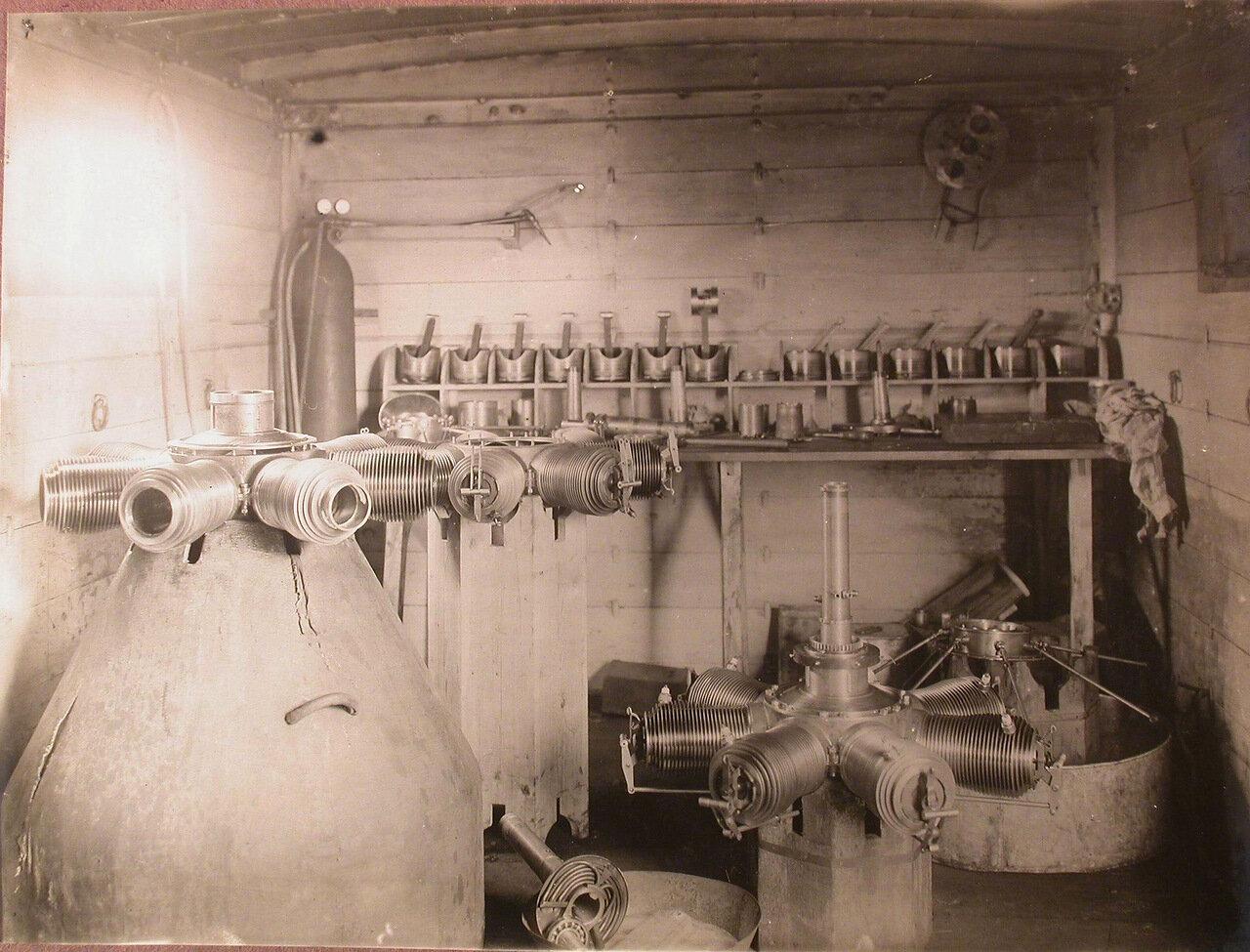 05. Вид части мастерской по сборке моторов, разместившейся в одном из вагонов железнодорожного состава, перевозившего подвижную авиационную мастерскую