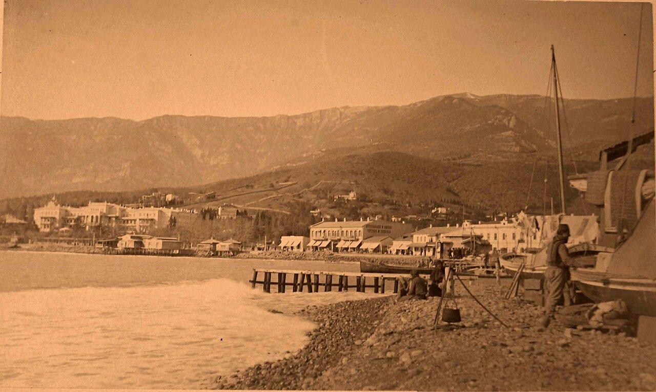 43.Ялта.  Вид части побережья; на первом плане справа - рыбачьи лодки