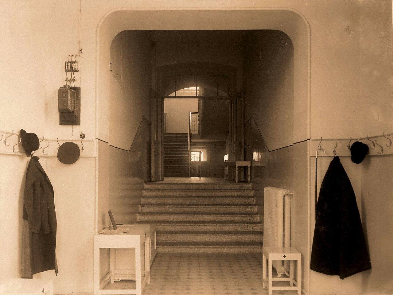 02. Вид части вестибюля в здании общины