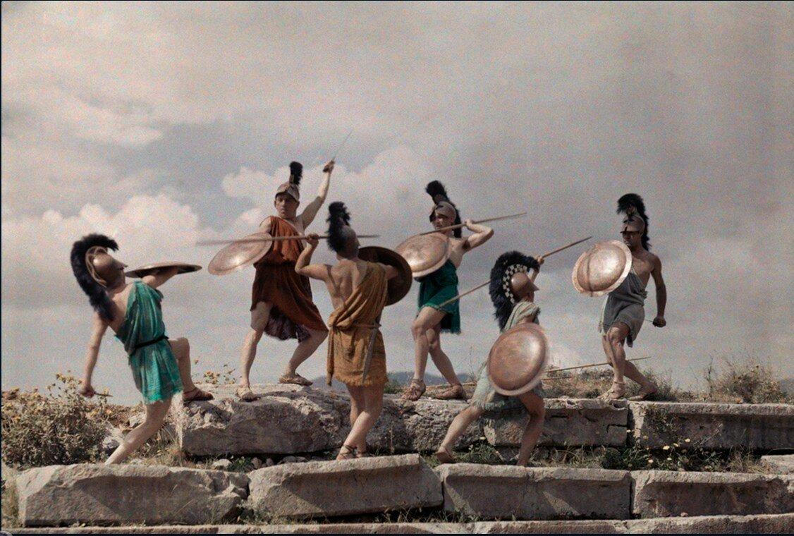 1930. Греция. Члены молодежной организации в Салониках воспроизводят битву македонцев