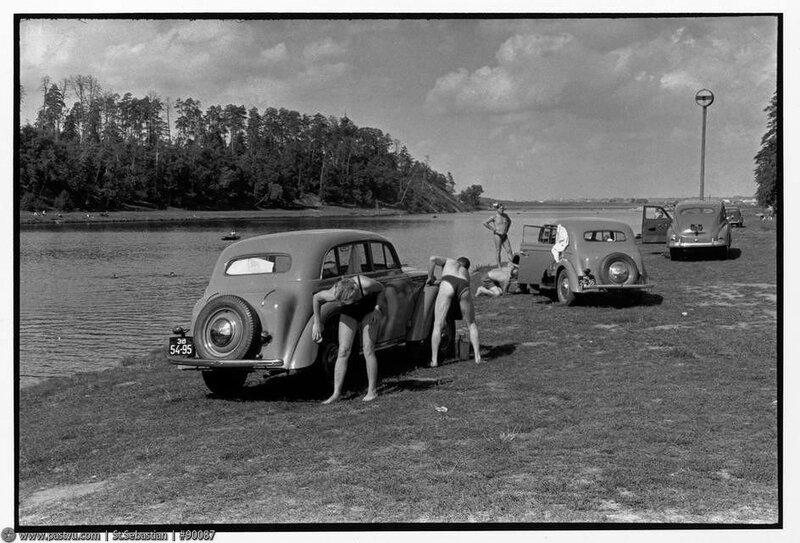 Мойка машин на пляже Серебряного бора 1954 год.jpg