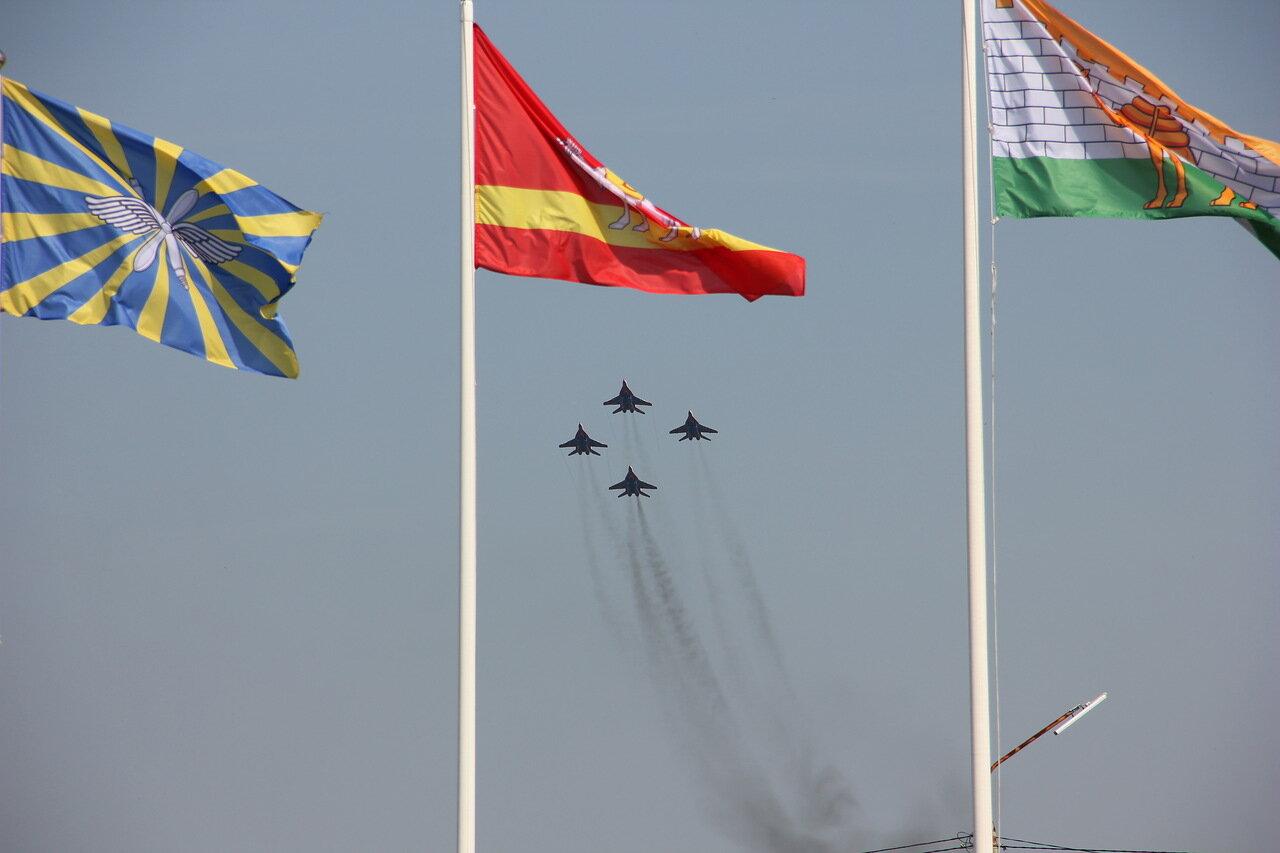 Звено МиГов на фоне флагов ВВС, Челябинска и Челябинской области (15.08.2014)