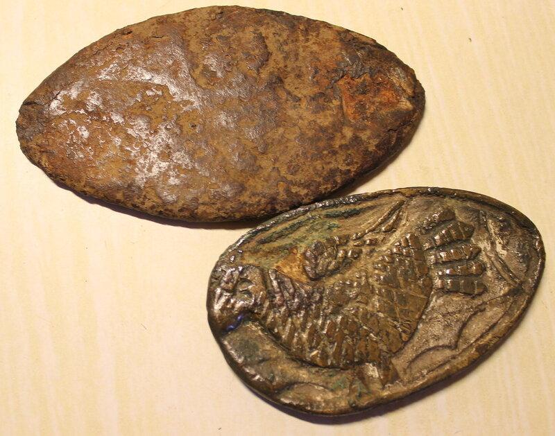 Металлические бляшки, найденные в земле.