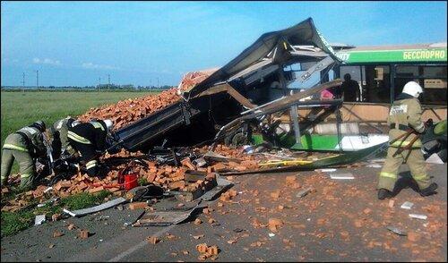 Место столкновения автобуса с грузовым автомобилем на Сыропятском тракте