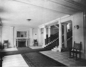 Вид части вестибюля и парадной лестницы.