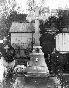 Памятник, воздвигнутый членами Александро-Невского общества трезвости покойному деятелю общества священнику А.В.Рождественскому.