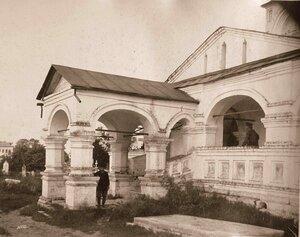 Крыльцо и вход в церковь Воскресения (постройка 1658 г.).