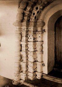 Вид части наличника двери собора в Борисоглебском монастыре. Ярославская губ., близ Ростова