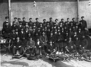 Группа сотрудников станции.
