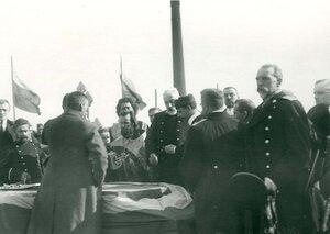 Инженеры и духовенство в день закладки зданий отдела Подводного плавания в присутствии морского министра адмирала И.К. Григоровича (стоит справа от священника).