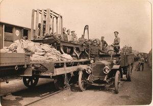 Солдаты за разгрузкой эшелона с имуществом авиарот.