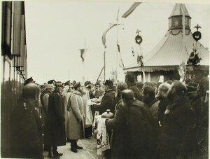 Губернские чиновники и жители встречают императора Николая II хлебом-солью;по левую руку НиколаяII-великий князь Михаил Александрович и генерал-адъютант Н.В.Клейгельс