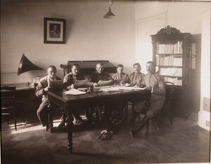 Группа нижних чинов, призреваемых в убежище, в читальне, организованной при школе грамотности.