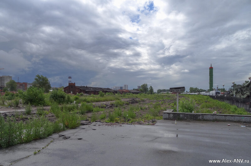 Раньше здесь стояли поезда дальнего следования, а теперь даже рельсов не осталось.