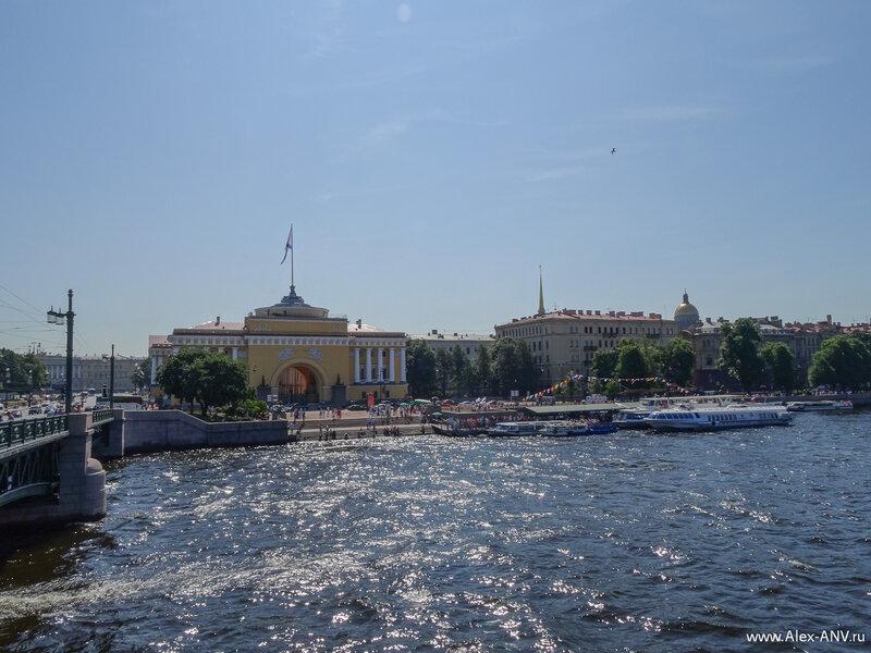 Ну а если спрыгнуть с моста, то в полёте можно сфотографировать Адмиралтейство и кутерьму на одноимённой набережной.