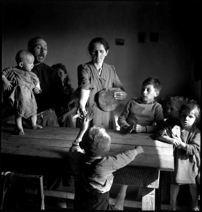 Австрия, Вена, 1948 год - Раздача хлеба детям в лагере для перемещенных лиц из числа судетских немцев