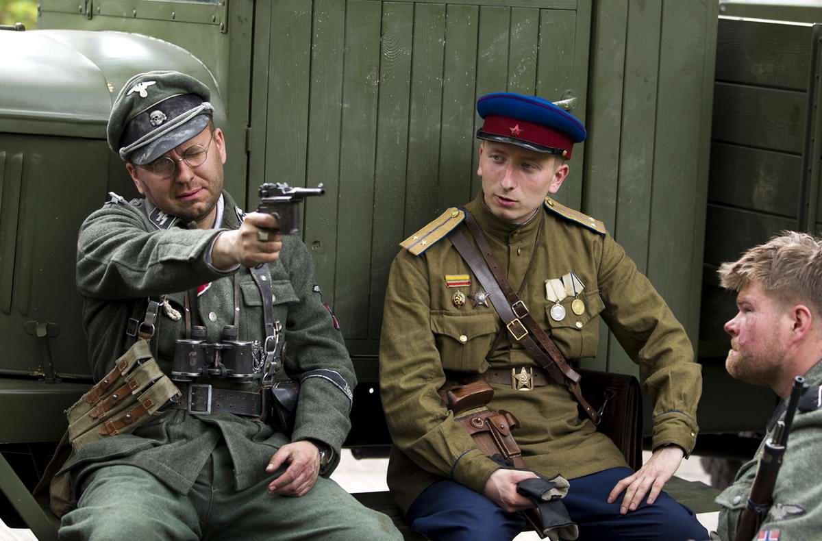 Реконструкторы в форме немецкого эсесовца и офицера Советской Армии в окрестностях Берлина в перерыве между розыгрышами батальных сцен конца Второй мировой войны
