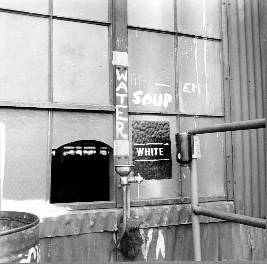 Питьевой фонтанчик с надписью Для белых