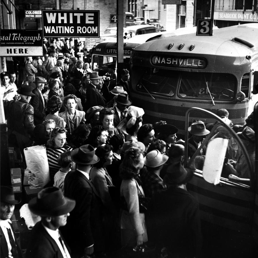 Надпись на перроне автовокзала Комната ожидания для белых