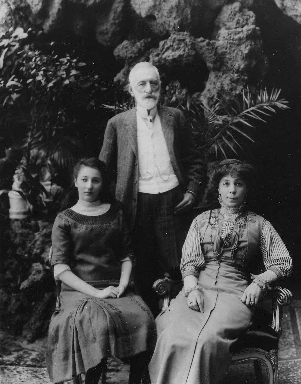 02. Посол Турхан-паша с женой и дочерью. 1911