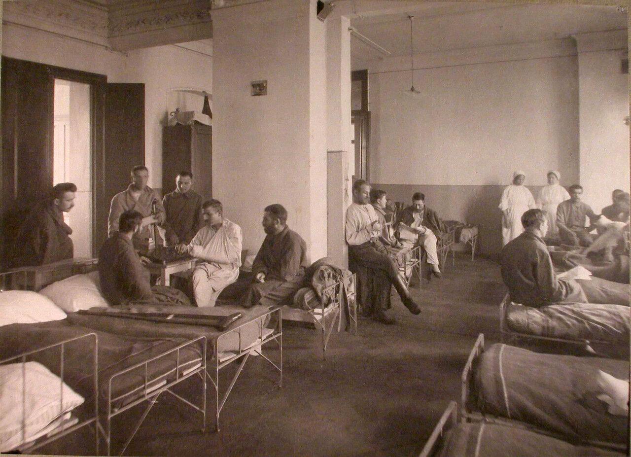 14. Раненые в палате лазарета,устроенного в Грузинском городском училище