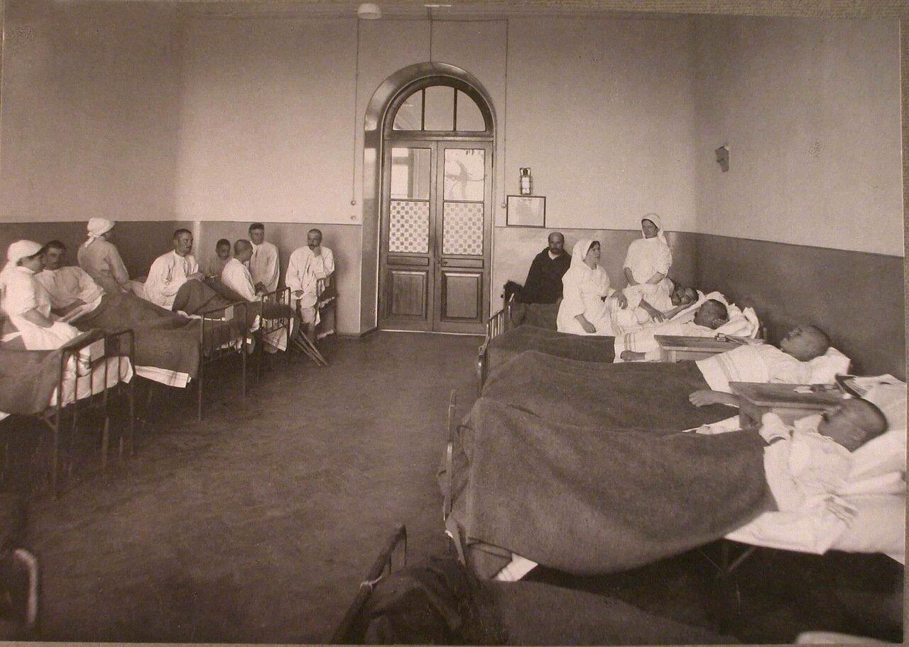 15. Медицинский персонал и раненые в палате лазарета,устроенного в Боевском городском училище