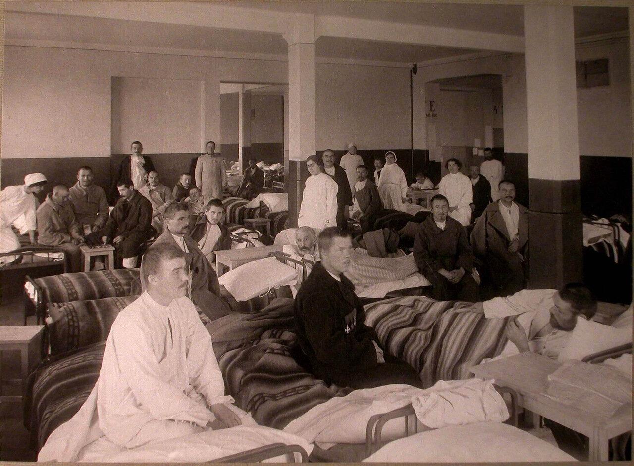 05. Раненые и медицинский персонал в палате лазарета, устроенного в Ермаковском ночлежном доме