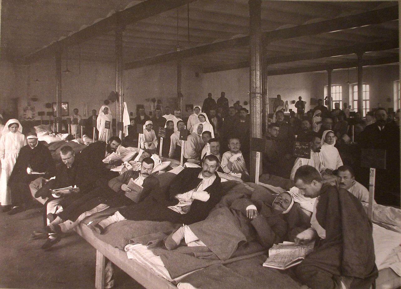 28. Раненые в палате лазарета, устроенного при фабрике братьев Бахрушиных