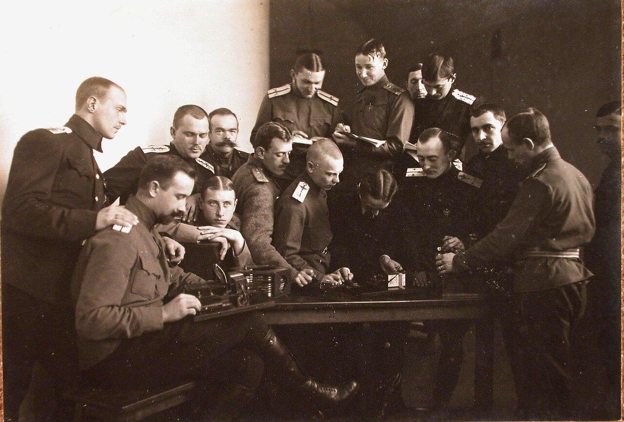 38. Группа слушателей школы во время практических занятий радиотелеграфом