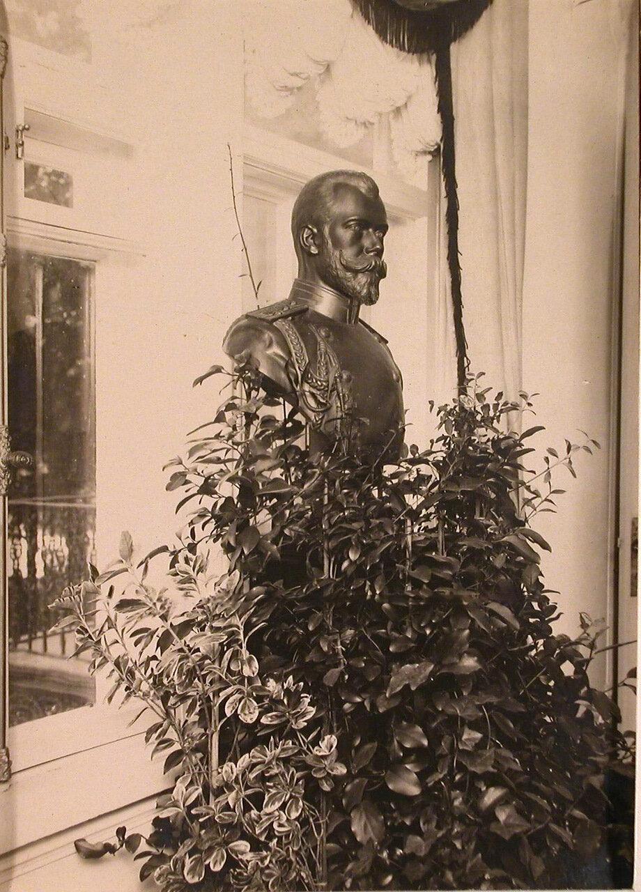 06. Бюст императора Николая II, установленный в вестибюле патроната-убежища
