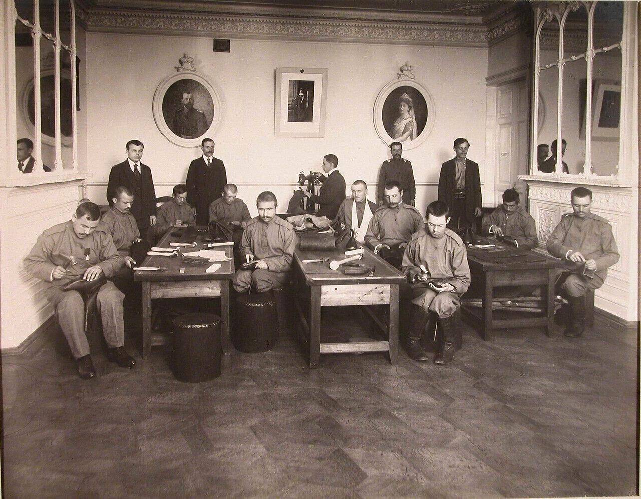 09. Группа нижних чинов, призреваемых в убежище, за работой в зимней сапожной мастерской