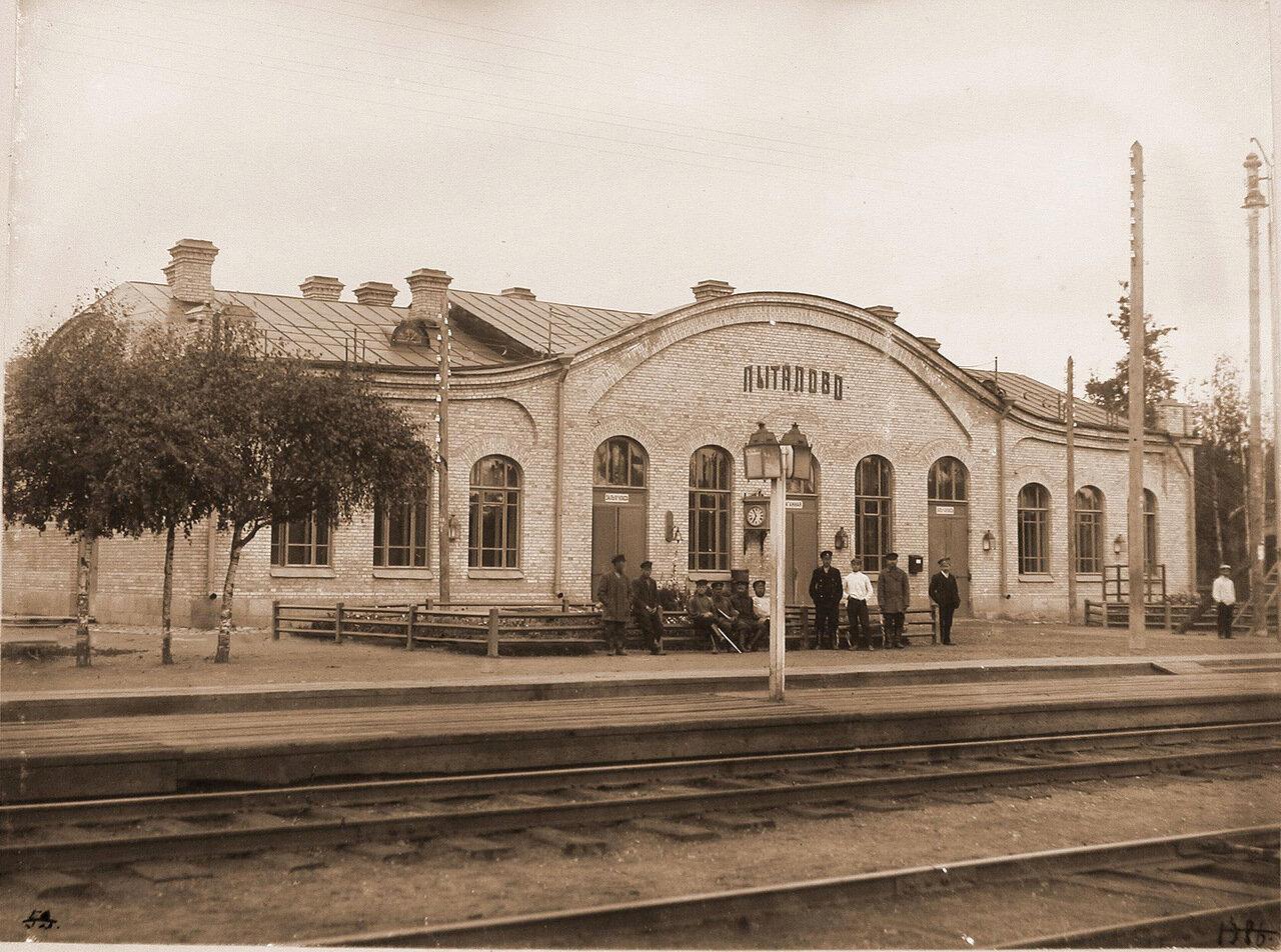 Псковская губерния. Станция Пыталово. 345 верста. Группа местных жителей на перроне у здания станции.
