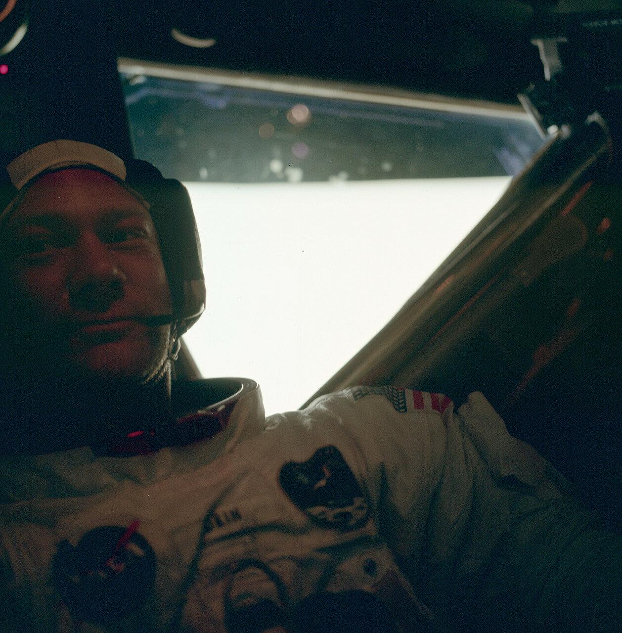 В самом начале 31-го витка, когда корабль находился над обратной стороной Луны, был включён его маршевый двигатель. Он отработал 2 минуты 28 секунд. «Аполлон-11» перешёл на траекторию полёта к Земле. На снимке Эдвин Олдрин