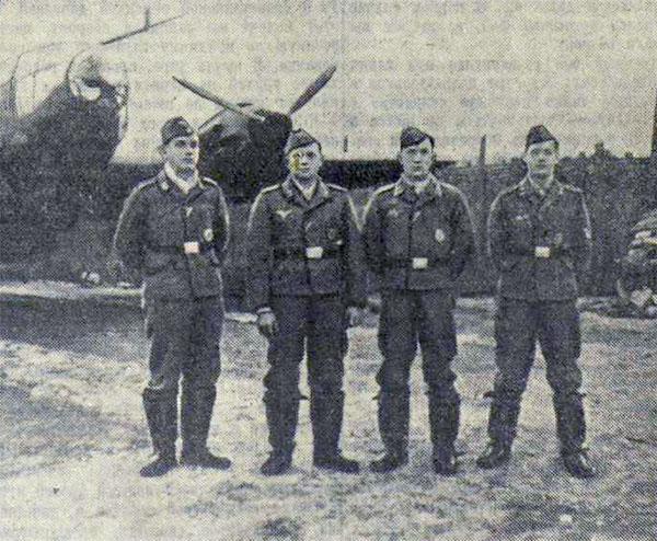 Фашистские молодчики этого экипажа, сфотографировавшиеся у своего самолета незадолго до их попытки прорваться в Москву, где они нашли свой бесславный конец
