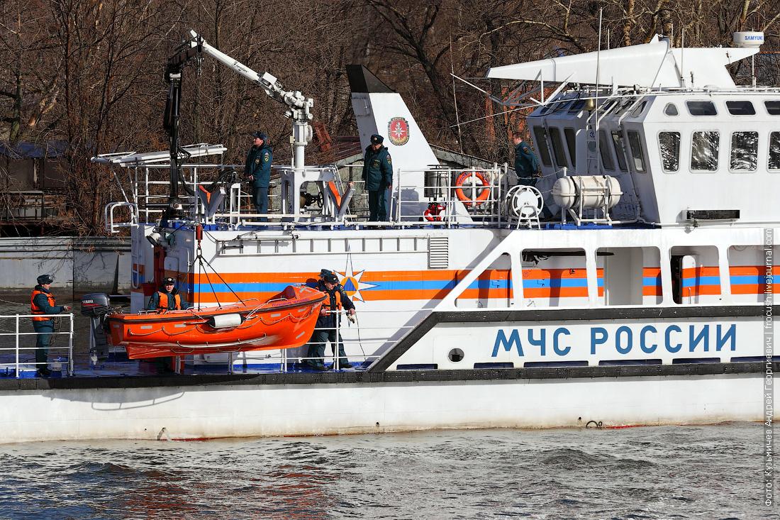 многоцелевое пожарно-спасательное судно Полковник Чернышев человек за бортом