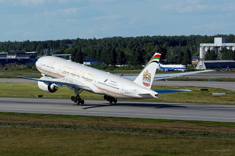 Boeing 777-237/LR (A6-LRC) Etihad D808946
