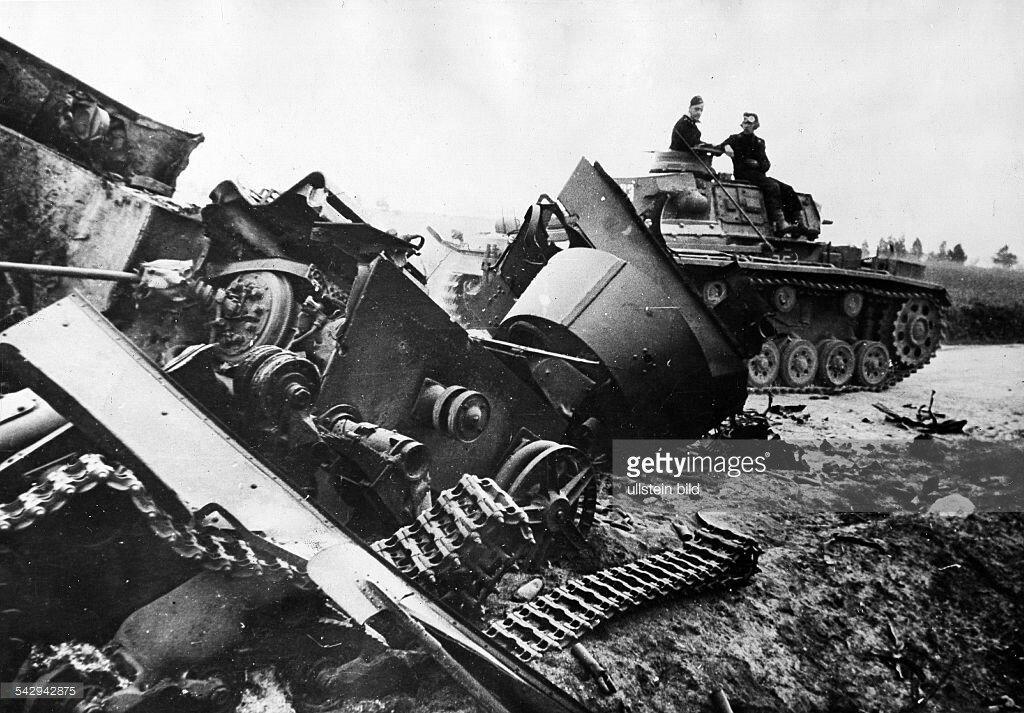 1941 обломки советского танка на направлении Белосток-Минск.jpg